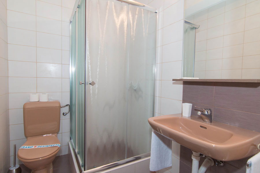 http://hotelturist.rs/hotel/wp-content/uploads/2014/11/hotel-turist-soba-bajina-basta-9.jpg